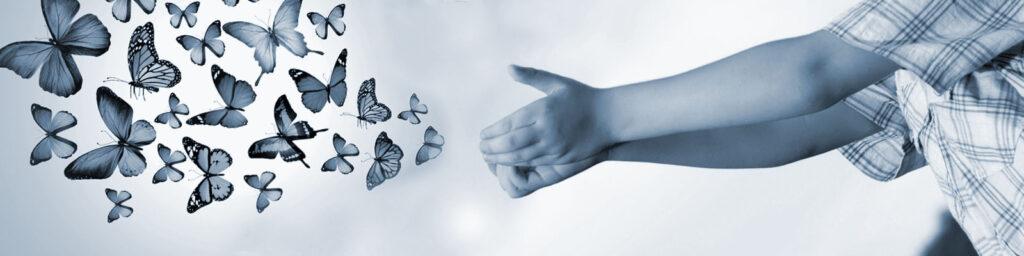 ידיים ששולחות פרפרים